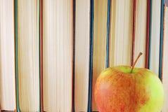 Libros y manzana Fotos de archivo libres de regalías