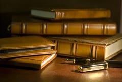 Libros y pluma del vintage Imagen de archivo