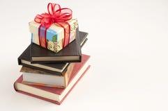 Libros y presente Fotos de archivo