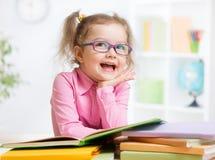 Libros y sueño de lectura felices del niño imagen de archivo libre de regalías