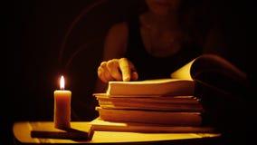 Libros y vela Fuego y humo Las mujeres están leyendo los libros metrajes