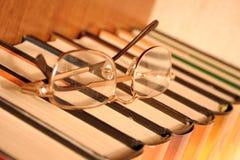 Libros y vidrios fotos de archivo