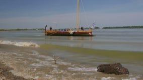 Liburna, roman oorlogsschip op de rivier van Donau stock videobeelden