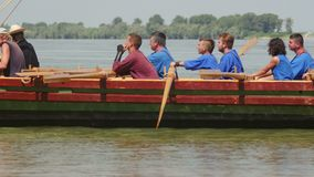 Liburna, roman oorlogsschip op de rivier van Donau stock video