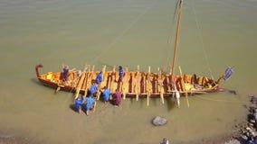 Liburna roman oorlogsschip op de rivier van Donau, luchtmening stock video