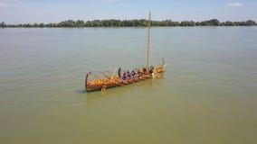 Liburna roman oorlogsschip op de rivier van Donau, luchtmening stock footage