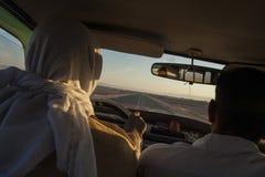 Libyan沙漠,埃及- 2006年12月26日:出租汽车乘驾低谷利比亚 免版税图库摄影