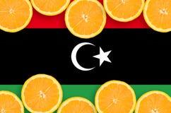Libyen flagga i citrusfruktskivahorisontalram arkivfoto