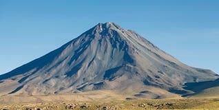 Licancabur dans le désert d'Atacama, Chili Photographie stock libre de droits
