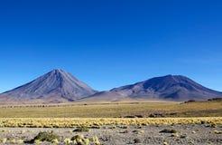 Licancabur och Juriques i den Atacama öknen, Chile Arkivfoton