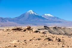 Licancabur vulkan i den Atacama öknen, Chile Arkivbilder