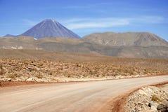 Licancabur vulkan och vulkaniskt landskap av den Atacama öknen Royaltyfri Fotografi