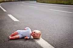 Licença da boneca em uma pista da estrada Imagem de Stock