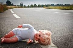 Licença da boneca em uma pista da estrada Fotos de Stock