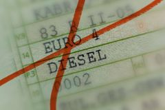 A licença de carro cruzou-se para fora com marcador vermelho, carro sem valor pelo escândalo diesel em Alemanha, automóveis de pa imagens de stock royalty free