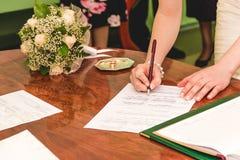 Licença de união de assinatura da noiva Imagem de Stock