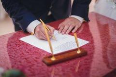 Licença de união de assinatura do noivo Fotos de Stock Royalty Free