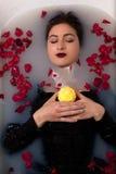 Licencia de la rosa del rojo de la vela del baño de la muchacha fotografía de archivo libre de regalías