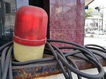 Licencia roja de la luz de emergencia del punto de control de la policía de la sirena que destella en la calle con el fondo de la Imagenes de archivo