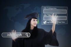 Licenciado fêmea que encontra trabalhos em linha Foto de Stock