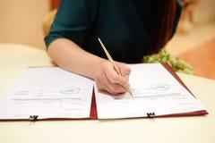 Licenza di matrimonio della sposa o contratto di firma di nozze durante la cerimonia Fotografia Stock Libera da Diritti