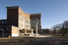 Liceum ogólnokształcące budynku architektura Gocar hith statuą Obraz Royalty Free