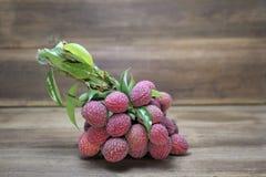 Lichí de la fruta del lichi o de Lichi chinensis en fondo de madera Foto de archivo libre de regalías