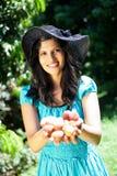 Lichíes de la explotación agrícola de la mujer Imagen de archivo libre de regalías