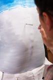 Lichaam-schilderende kunstenaar het schilderen op de rug van het meisje Royalty-vrije Stock Afbeeldingen
