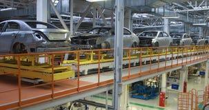 Lichaam van auto bij de transportband Moderne Assemblage van auto's bij installatie geautomatiseerd bouw proces van autolichaam stock footage