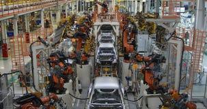 Lichaam van auto op transportband hoogste mening Moderne Assemblage van auto's bij de installatie Het geautomatiseerde bouwstijlp stock videobeelden