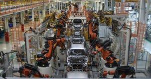 Lichaam van auto op transportband hoogste mening Moderne Assemblage van auto's bij de installatie Het geautomatiseerde bouwstijlp stock footage