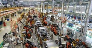 Lichaam van auto op transportband hoogste mening Moderne Assemblage van auto's bij de installatie Het geautomatiseerde bouwstijlp stock video