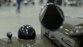 Lichaam van retro auto, wat zich in toonzaal bevinden stock video