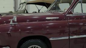 Lichaam van rode retro auto, wat zich in toonzaal bevinden stock footage