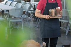 Lichaamsdeel achtermenings dichte omhooggaande mannelijke kelners die drank bij binnen de winkel van de koffiekoffie of restauran stock fotografie