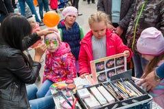 Lichaamskunst op het gezicht van een klein meisje, viering van de Dag van Rusland stock afbeelding