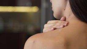 Lichaamslotion op huid stock videobeelden