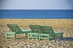 Lichaamsstoelen op zandstrand Royalty-vrije Stock Foto
