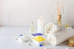 Lichaamsverzorging voor schil wordt geplaatst die Met handdoek, witte lelie, overzees zout, badolie, schrobt het suikerlichaam, m stock afbeeldingen