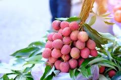 Lichi fresco en la cesta para la venta en mercado, lichi Mae Klong, amperio fotografía de archivo