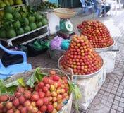 Lichi fresco y otras frutas en un mercado callejero fotos de archivo