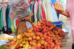 Lichi maduro en el mercado Foto de archivo