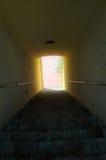Licht aan het eind van trappentunnel royalty-vrije stock fotografie
