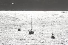 Licht auf den Booten in der Bucht Stockfotos