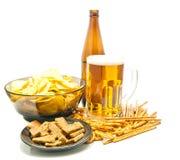 Licht bier en verschillende snacksclose-up Royalty-vrije Stock Fotografie