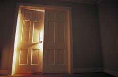 Licht bij open dubbele deuropening stock fotografie