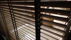 licht binnen badkamers en houten vensterzonneblinden, zonneschijn en schaduw op blind venster en de muur van de Graniettegel royalty-vrije stock foto