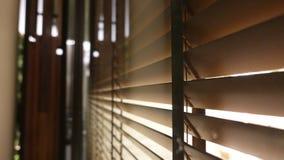 licht binnen badkamers en houten vensterzonneblinden, zonneschijn en schaduw op blind venster en de muur van de Graniettegel royalty-vrije stock foto's