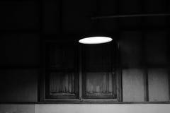 Licht bumb in de donkere ruimte, ondiepe diepte van gebied, Proces in monotoon beeld Royalty-vrije Stock Foto's